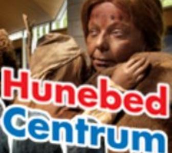 Een reclame uiting met een foto van een beeld uit het museum met daarvoor de tekst Hunebed Centrum