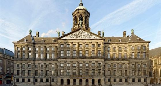 De voorkant van het impossante paleis opgetrokken uit zandsteen met grote beelden op het dak
