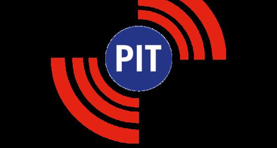 Blauwe cirkel met in witte letters het woord Pit. Rechtsboven en linksonder van de cirkel staan 3 rode lijnen die een kwart van een cirkel groot zijn en naar buiten steeds dikker en langer worden.