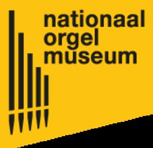 Het gele logo van het nationaal orgelmuseum met als beeldmerk een vereenvoudigde weergave van 5 orgelpijpen