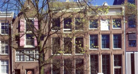 Een foto waarop de voorzijde van het huis is te zien waar Anne Frank tijdens de oorlog ondergedoken zat.