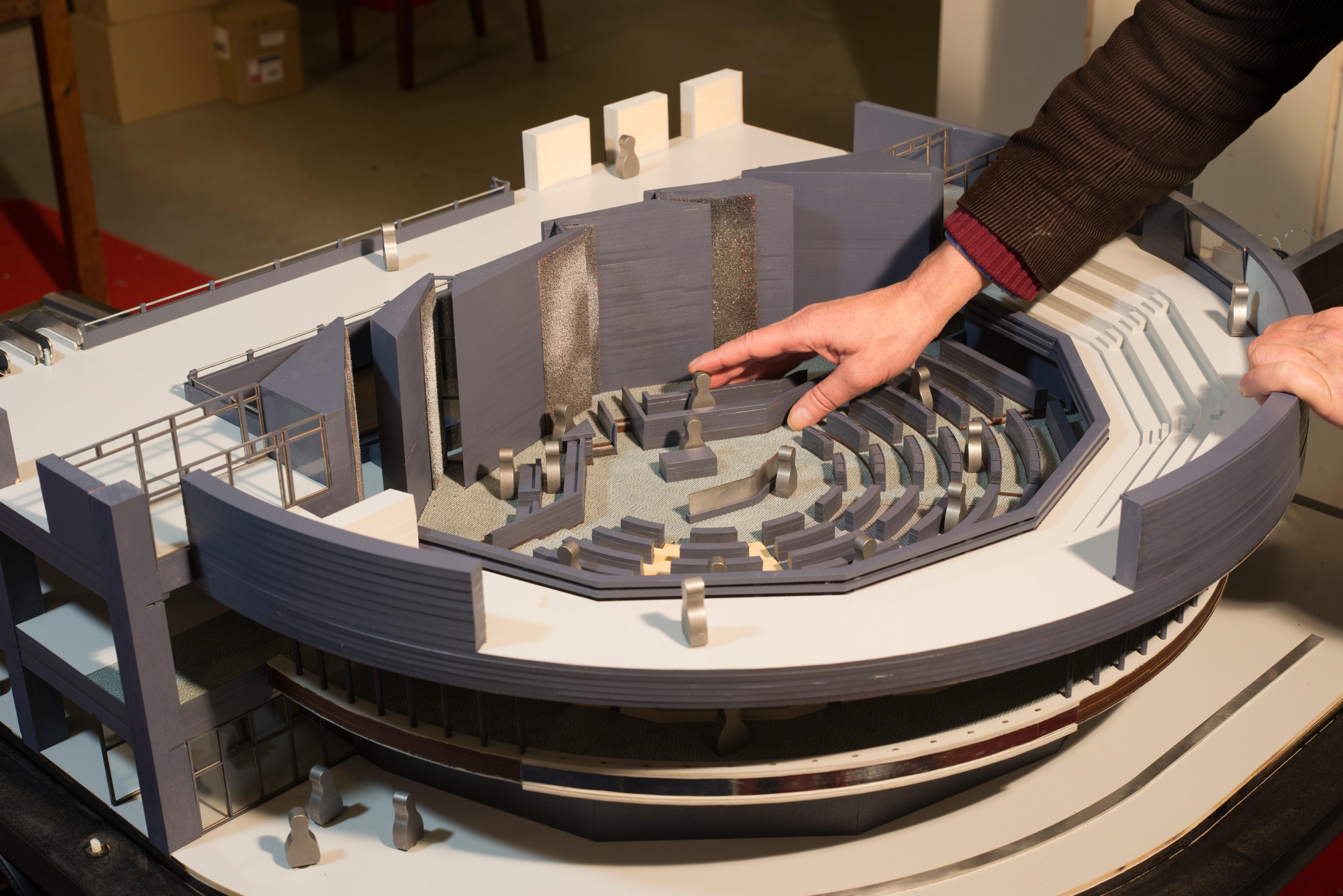 Een maquette van ca 1 vierkante meter is de weergave van de tweede kamer in Den Haag.