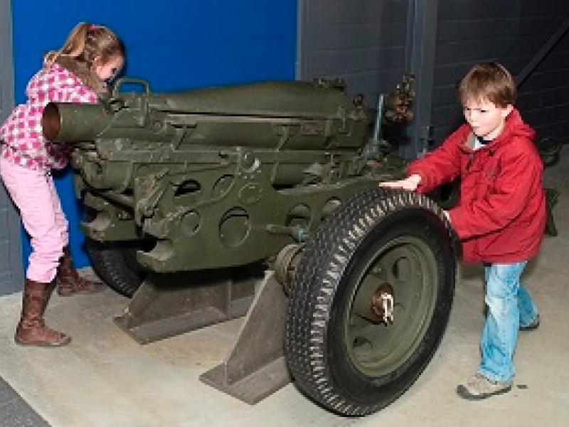 Kinderen met minder zicht voelen aan geschut in het Nationaal Bevrijdingsmuseum 1944-1945