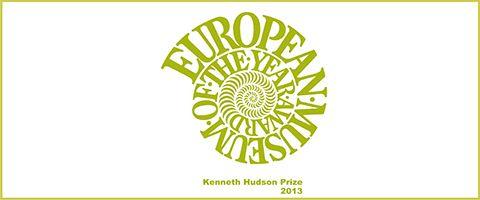 Logo van European museum of the year award. De tekst loopt in groen gele letters van buiten naar binnen in de spiraal waardoor het op een slakkenhuis lijkt.