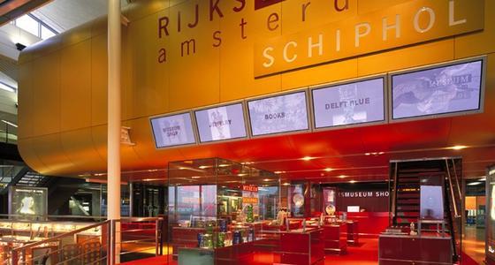 In de vertrekhal van Schiphol Airport staan vitrines met kunststukken uit de collectie van het Rijksmuseum Amsterdam