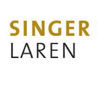 Het logo van Singer Laren bestaande uit de tekst in gouden en zwart letters