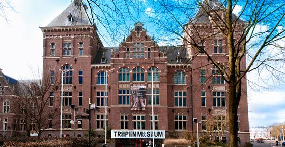 Het vier verdiepingen hoge stenen gebouw met links en rechts een toren en in het middendeel de entree met een groot bord boven de deur met daarop de tekst Tropen museum