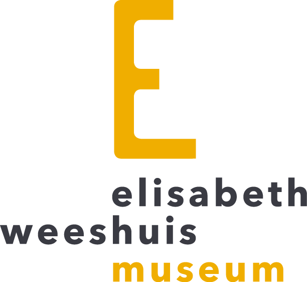 Onder een grote gele E in zwarte kleine letters elisabeth weeshuis en daaronder in geel museum