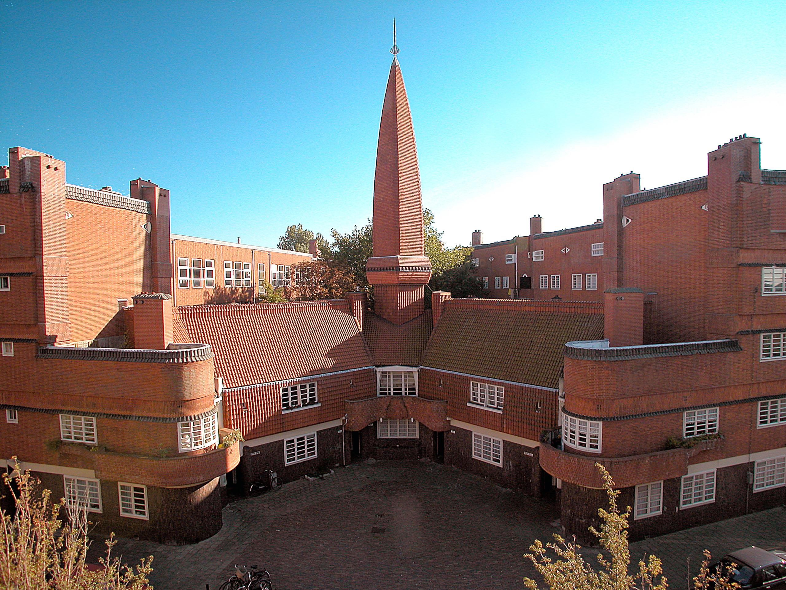 Een rood bakstenen gebouw in de stijl van de Amsterdamse school.