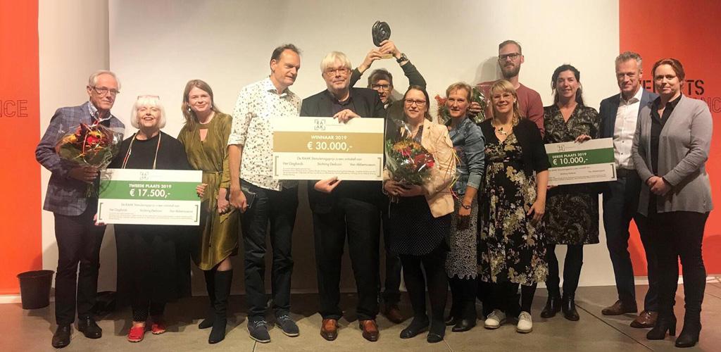 De 3 finalisten met ieder hun gewonnen prijs staan te stralen naast VIncent Bijlo die de prijs uit mocht reiken, en de initiatiefnemers Edith Mulder en Petra van der Wal (Oogfonds), Mariska Sturkenboom (Dedicon) en Marleen Hartjes (van Abbe museum)
