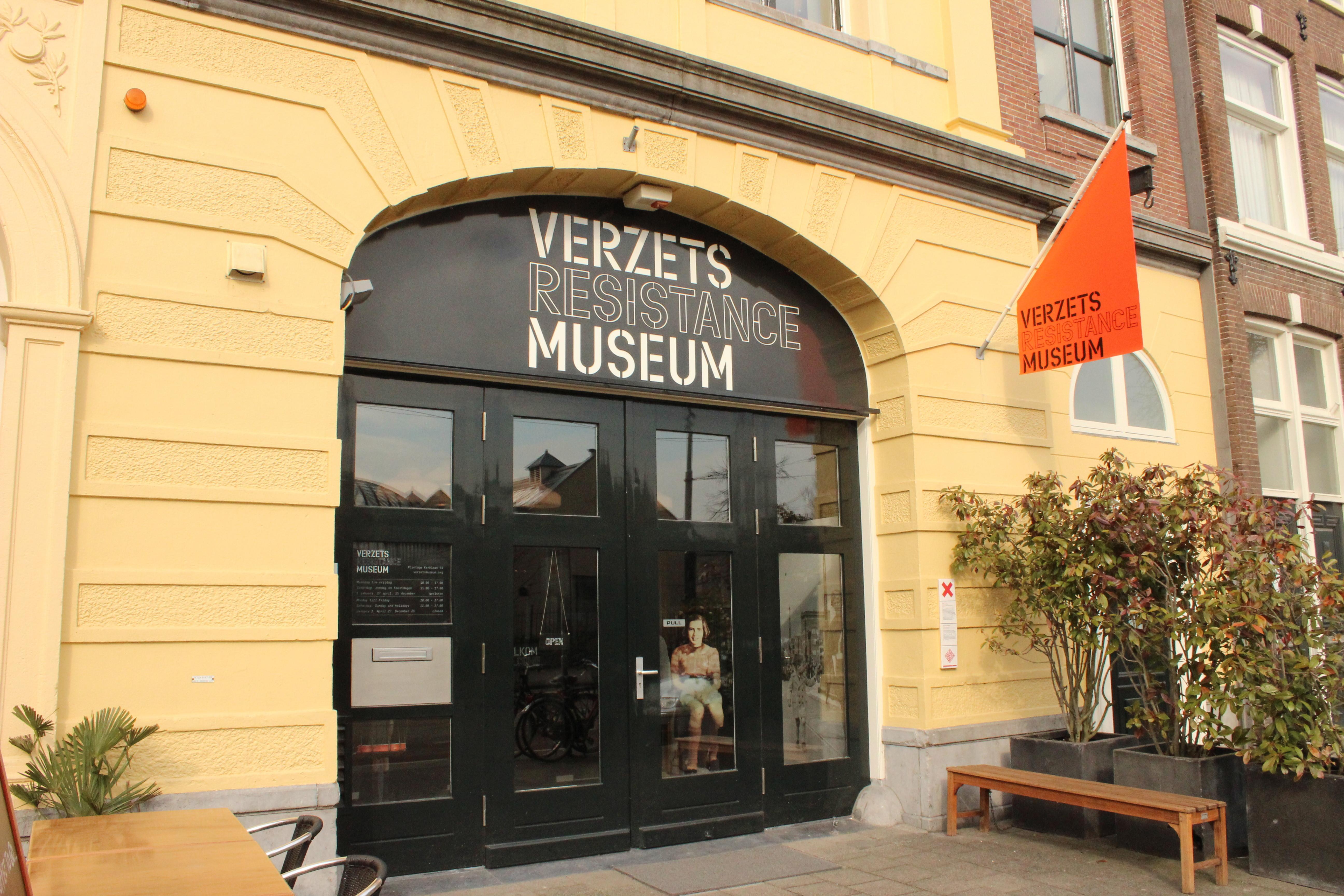 De entree van het museum bevind zich in een gele stenen muur en heeft openslaande glazen deuren. Boven de deur zit een zwarte boog met daarin de tekst verzets resistance museum