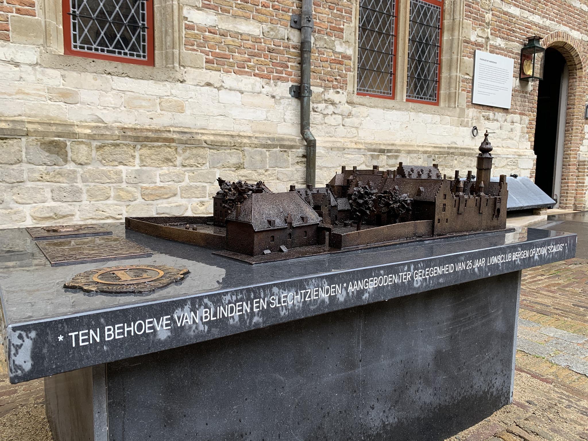 Op een grote stenen tafel staat buiten het gebouw een bronzen maquette van het Markiezenhof. De gebouwen, paleismuren en binnentuin zijn tot in detail uitgevoerd in deze miniatuur versie van het imposante stadspaleis.