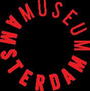 De rondlopende tekst Amsterdam museum vormt een cirkel. de letters zijn rood