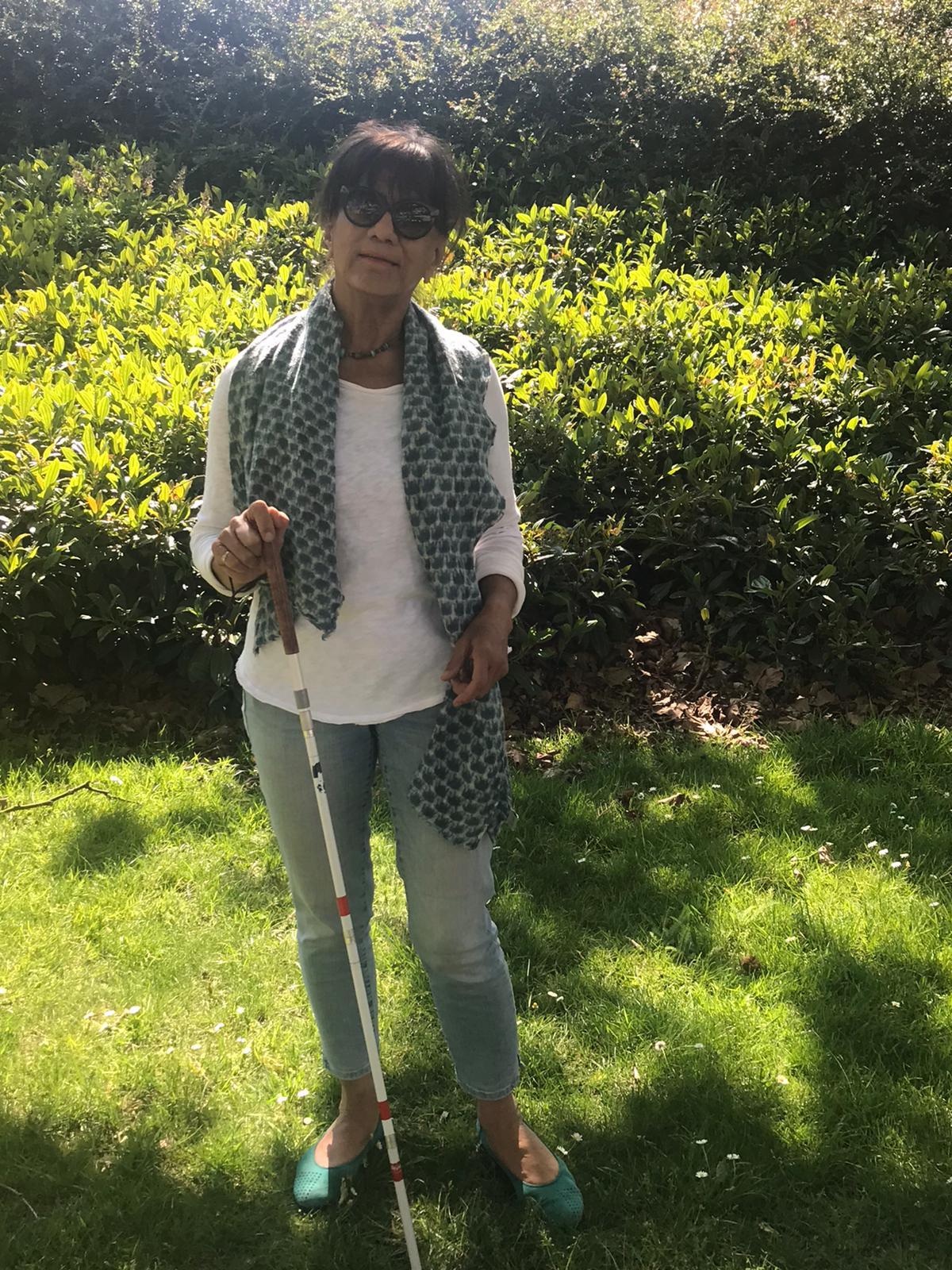 In een zonnig groen bos staat Joan klaar met haar geleidenstok om jullie mee op pad te nemen.