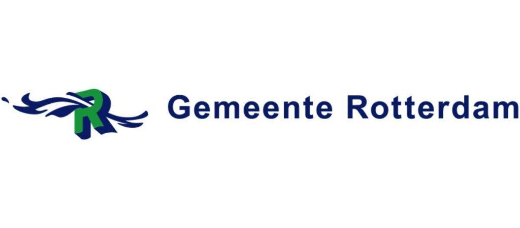 Een groen met blauwe letter R met twee slierten er doorheen in dezelfde kleur. Daarachter in Donkerblauwe letters de tekst Gemeente Rotterdam