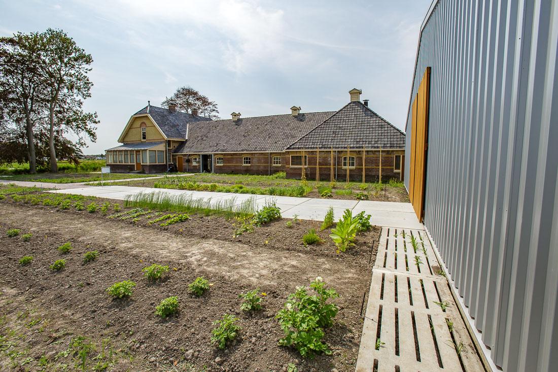 Aan een grote moestuin ligt een volledig gerenoveerde boerderij waarin het museum is gevestigd.