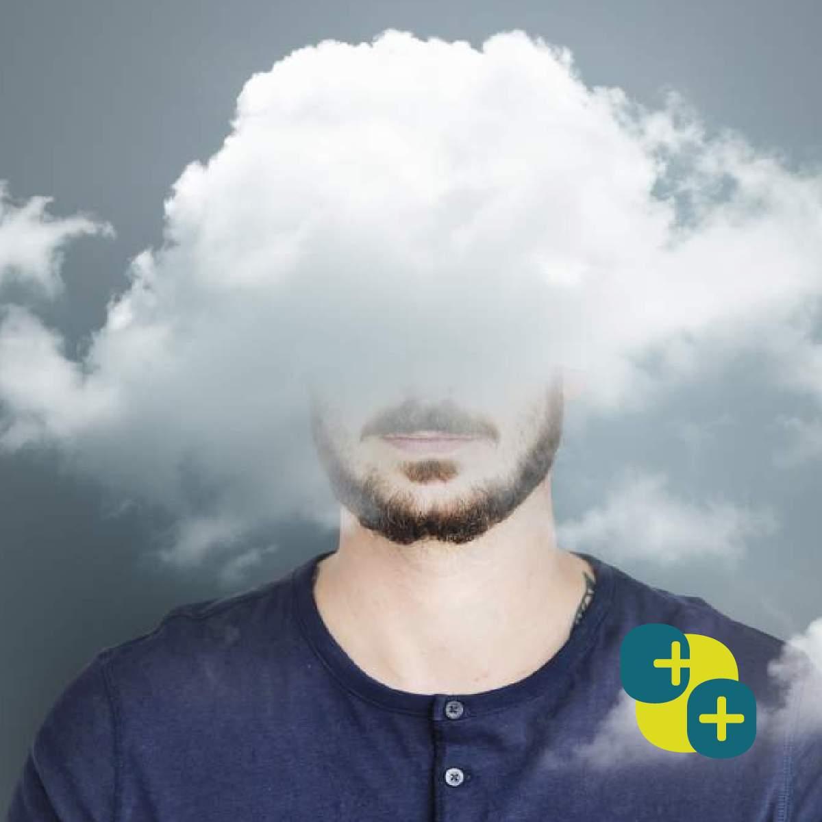 Beeld van een hoofd van een man die half verscholen zit achter een wolk