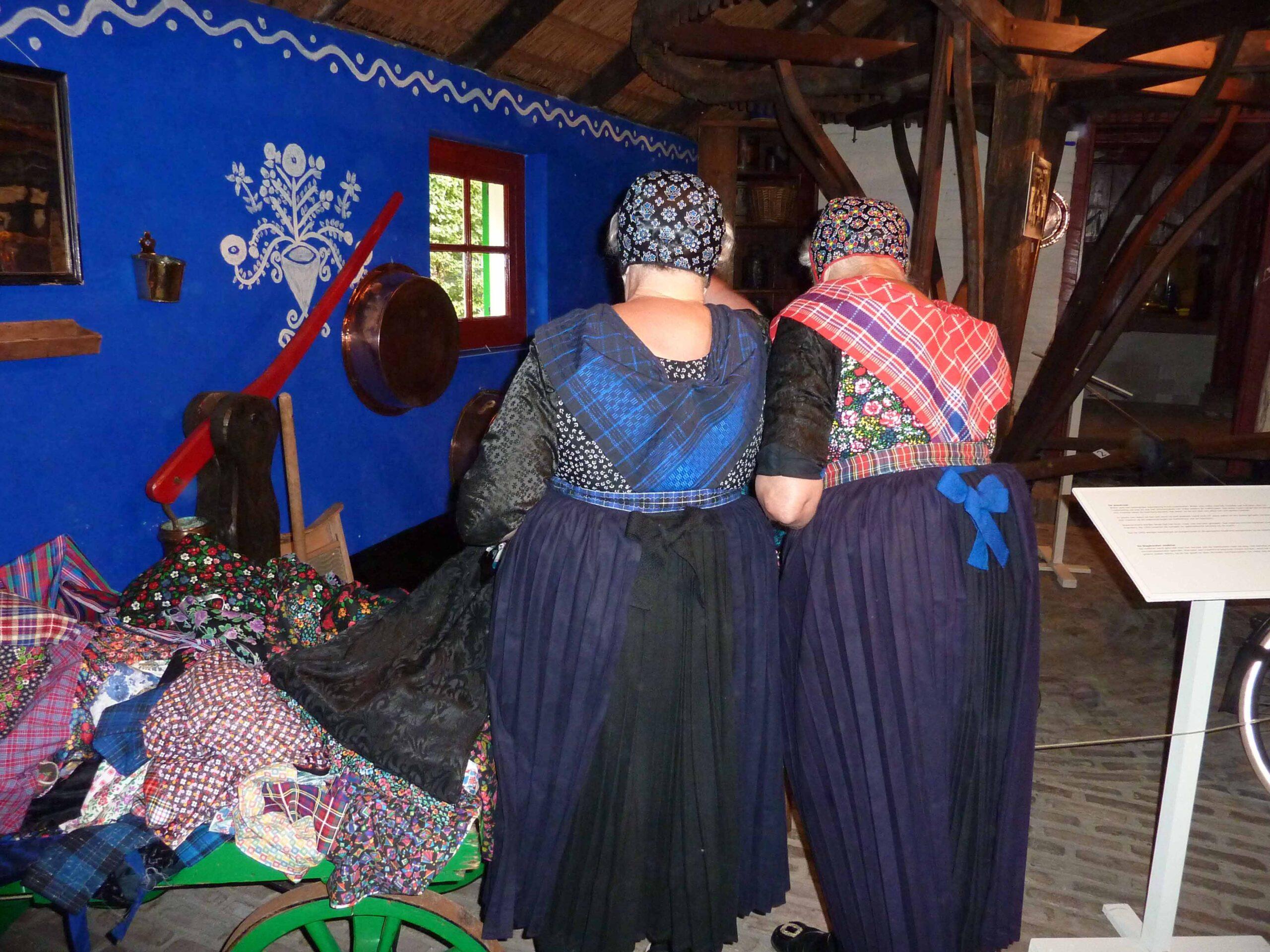 twee dames in Staphorster klederdracht an achter in beeld gebracht